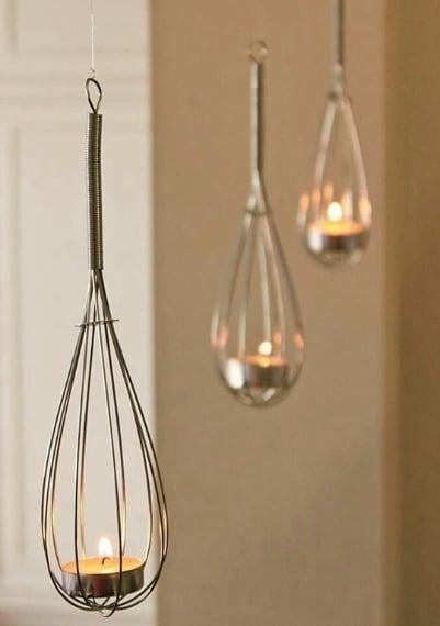 Fruste che scendono dal soffitto con all'interno una candela: per la più romantiche delle atmosfere.
