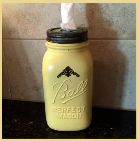 Un taglio al barattolo della mayonese ed ecco un pratico e utile portatovaglioli.