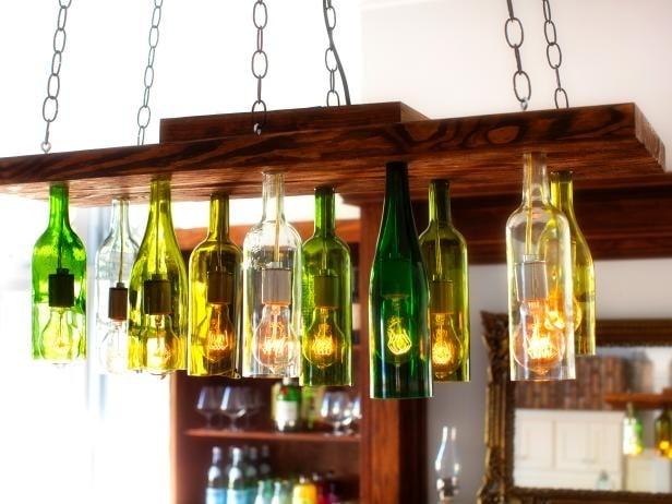 Con le bottiglie è possibile creare un lampadario davvero originale