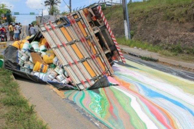 Un camion con 14 tonnellate di vernice si è ribaltato in strada creando un capolavoro