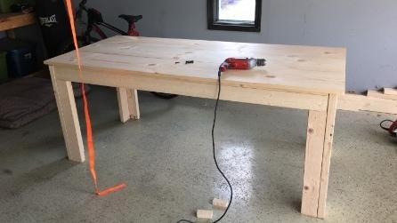 Era un semplice tavolo di legno ma l'ha trasformato in modo geniale