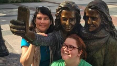 Il comune dove hanno eretto una statua per i selfie