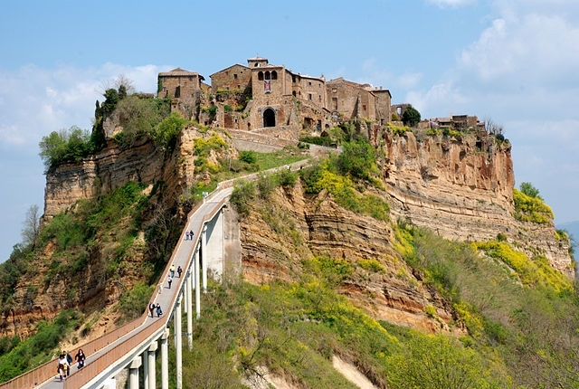 https://commons.wikimedia.org/wiki/File:20090414-Civit%C3%A0-di-Bagnoregio.jpg