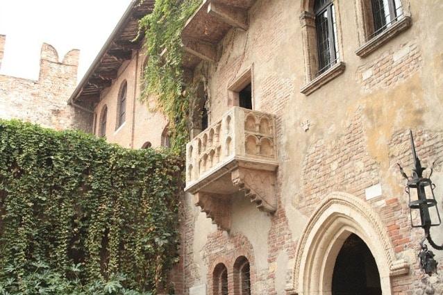 Da sempre le persone si recavano a Verona in cerca del balcone da cui Giulietta chiama Romeo: peccato che quel balcone sia esistito solo nella fantasia di Shakespeare. La città di Verona ha deciso però ad un certo punto, per scopi turistici, economici e d'immagine, di assumere un balcone di un palazzo antico della città come Balcone di Giulietta.