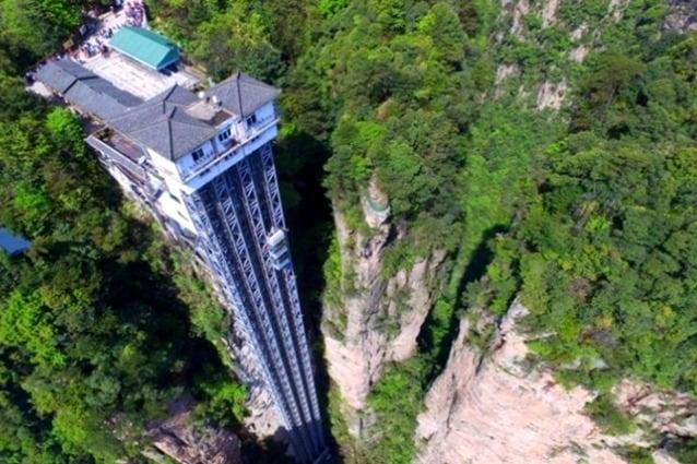 """si tratta di un ascensore dichiarato addirittura Patrimonio dell'Unesco: si trova nel Zhangjiajie Forest Park in Cina ed è poeticamente soprannominato """"l'ascensore dei cento draghi verso il cielo"""". Quest'incredibile ascensore conduce i passeggeri lungo il fianco della montagna a oltre 300 metri di altezza dove si può ammirare un panorama mozzafiato della foresta, che sembra abbia ispirato Avatar"""