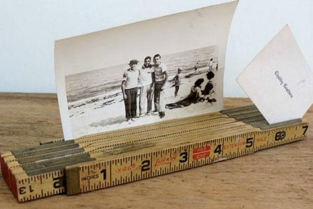 Il righello può diventare banalmente un rustico porta foto o porta bigliettini da tavola semplicemente richiudendolo bene e ponendolo su una superficie piana.