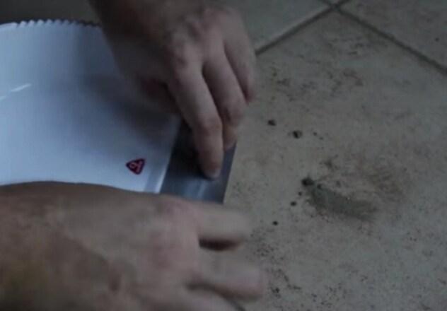 Applicate un pezzo di nastro adesivo sulla paletta: rimuoverà ogni traccia di sporco dal pavimento dopo l'uso