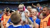 Islanda, che festa. Papà Skulason abbraccia il figlioletto