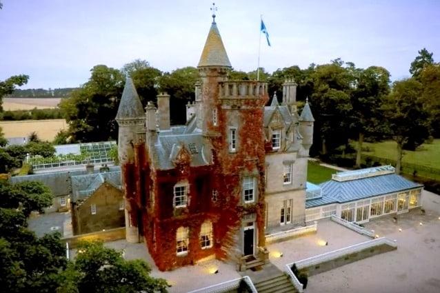 Ad Edimburgo si trova il Carlowrie Castle che sembra uscito direttamente da una fiaba Disney: l'esterno rimanda ad un tipico castello medioevale mentre l'interno è stato arredato con un stile contemporaneo sui toni del bianco e del nero; qui il costo è un po' più alto, 2750 sterline a notte, ma può ospitare fino a sedici persone ed organizzare qui un evento non ha davvero paragoni.