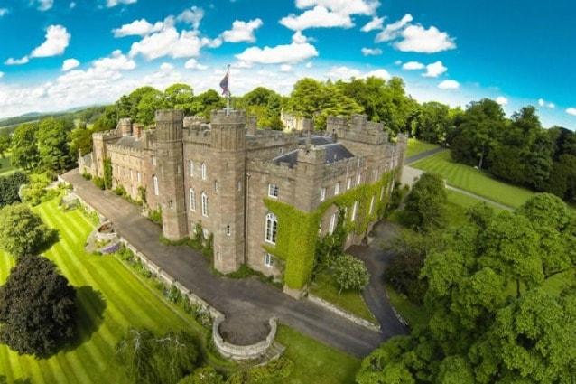 Lo Scone Palace si trova a Perth e può ospitare fino a sei persone in uno dei suoi appartamento; qui il costo per notte è di 500 sterline ma l'esperienza regale non ha prezzo.