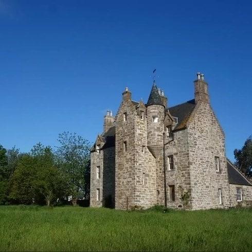 Appena fuori Edimburgo c'è il Castello Illieston che può ospitare fino a due persone e costa 95 sterline a notte: un perfetto rifugio circondato da una splendida campagna scozzese.