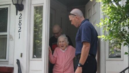 Compie 100 anni e qualcuno bussa alla sua porta: una sorpresa che la lascia senza parole