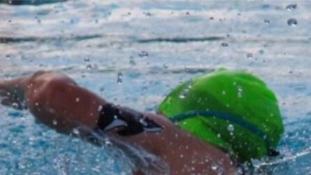 La figlia ha il diabete, ma non rinuncia alla gara di nuoto: quello che fa il padre vi colpirà