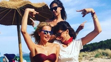 Melissa Satta si rilassa in spiaggia dopo il matrimonio