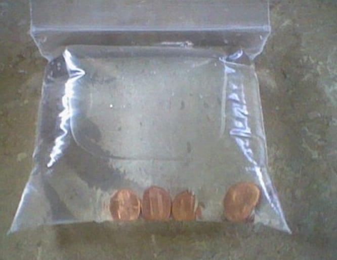 Mettete delle monetine all'interno di un sacchetto trasparente con dell'acqua, succo di limone e sale