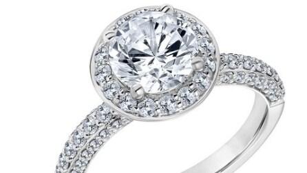 Gli anelli di fidanzamento firmati da Karl Lagerfeld