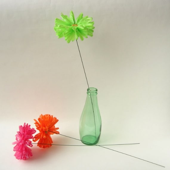 Con i sacchetti di plastica si possono creare dei fiori decorativi