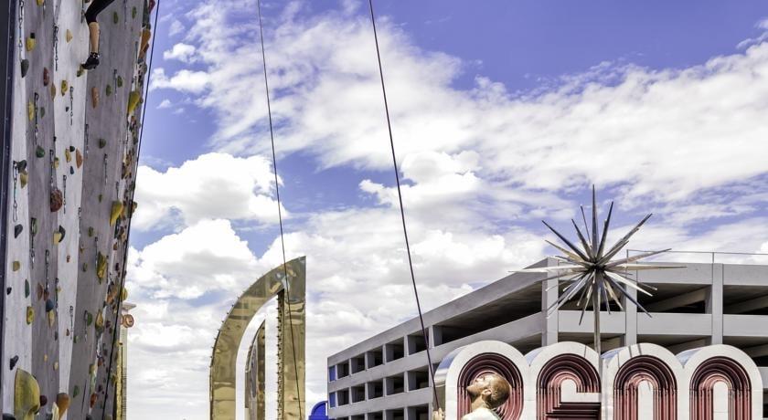 Al Whitney Peak Hotel a Reno, in Nevada, potrete ricevere una forte scossa di adrenalina: l'albergo ha una facciata esterna dell'edificio caratterizzata da un'intera parete artificiale di arrampicata all'aperto, alta 50 metri.