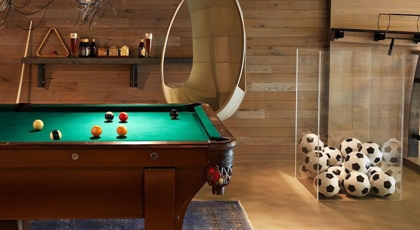 L'Hotel Zetta a San Francisco sembra dalla lobby un comune albergo californiano, ma salendo al secondo piano ci si accorge che qui non ci sono camere ma un intero livello dedicato ai giochi.