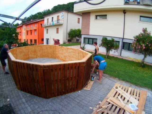 Ricavate il bordo e date inizio alle rifiniture: verniciate il legno e levigate la superficie