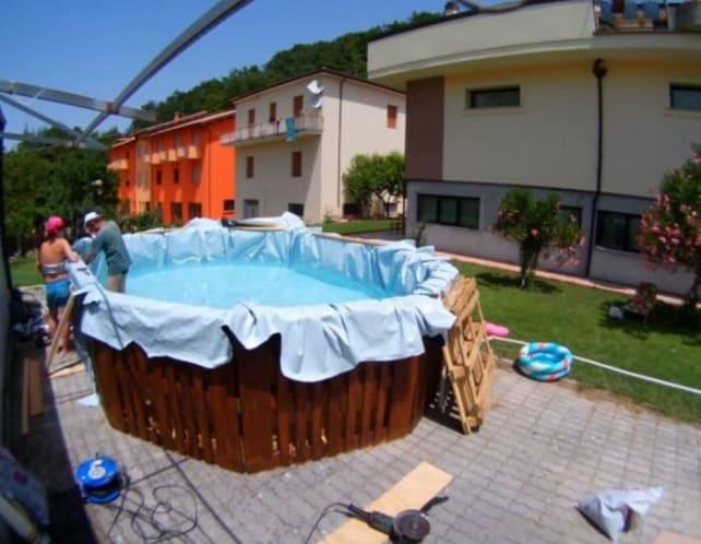 Dotate la piscina di accessori per il pompaggio e il filtraggio dell'acqua. Ora arriva il momento più bello: riempirla!