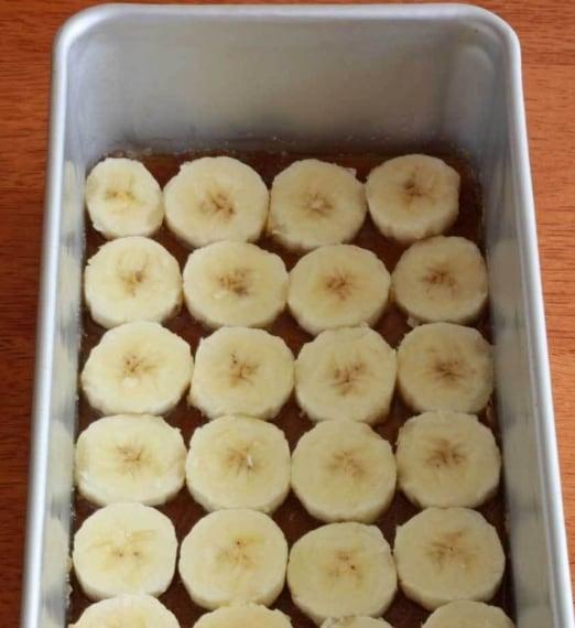 Tagliate delle banane a rondelle e mettetele nella teglia