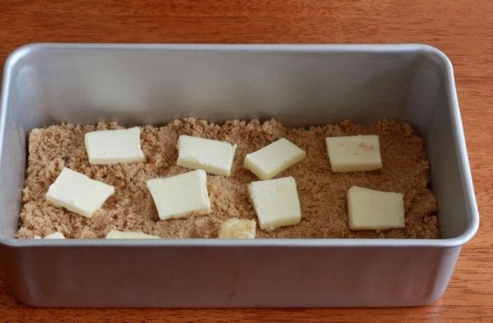 Mettete in una teglia 150 grammi di zucchero di canna e del burro a tocchetti