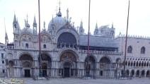 Venezia invasa dai rifiuti. Piazza San Marco come una discarica