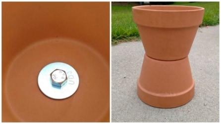 Prende due vasi per i fiori e li unisce: ciò che realizza fa impazzire il suo cane
