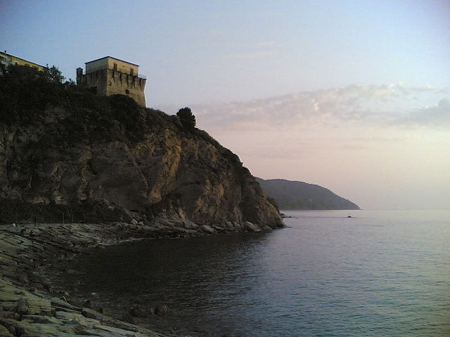 https://it.wikipedia.org/wiki/Agropoli#/media/File:Agropoli_-_Torre_S._Francesco.jpg
