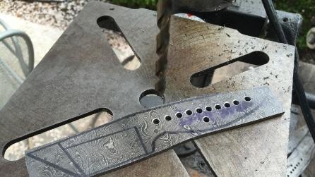 Pratica dei fori su una barra d'acciaio: ciò che realizza è davvero unico
