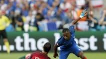 """Portogallo-Francia, perché Evra indossa uno strano """"guanto""""?"""