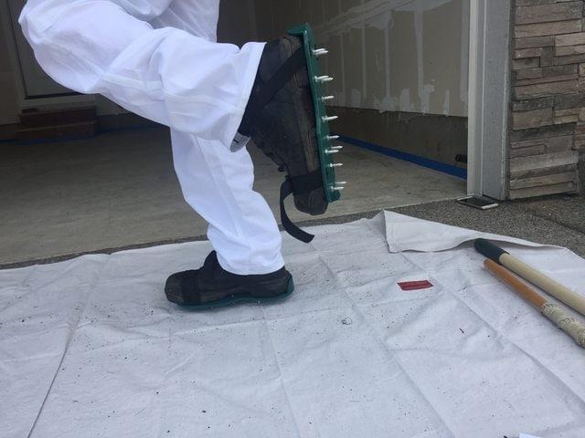 Indossand le scarpe a spillo si può attraversare la resina epossidica prima che sia asciutta senza rovinare la finitura.