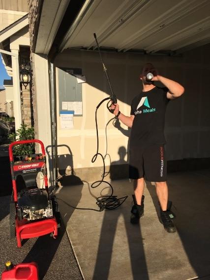 Il primo passo è quello di lavare e pulire il pavimento del garage.
