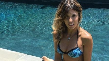 Elisabetta Canalis in costume: i selfie in bikini della showgirl