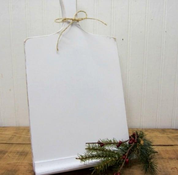 """Una piccola striscia di legno alla base del tagliere per tenere il tablet in posizione verticale; ridipingendo di bianco si otterrà un effetto """"vintage"""""""