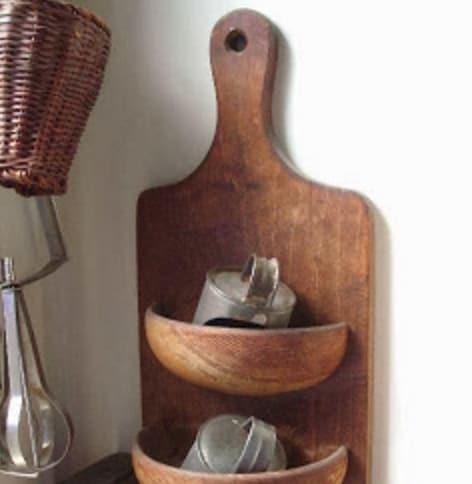 Ciotole tagliate a metà, usate come mensole: incollatele sul tagliere e avrete un portaoggetti da cucina.