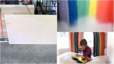 Disegna un arcobaleno su una tavola di legno: l'idea di questo papà vi conquisterà