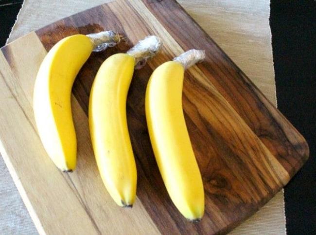 Per evitare che le banane diventino nere e perdano il loro sapore l'ideale è avvolgere i gambi con della pellicola.