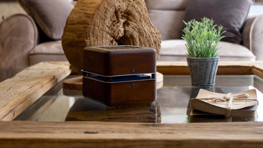 Con questo dispositivo, che sembra un semplice cubo di legno, è possibile raffreddare un'intera stanza per 4 ore, grazie a una batteria che si ricarica in 7 ore mediante una porta USB.
