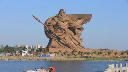 Cina, il Dio della Guerra diventa una scultura gigantesca