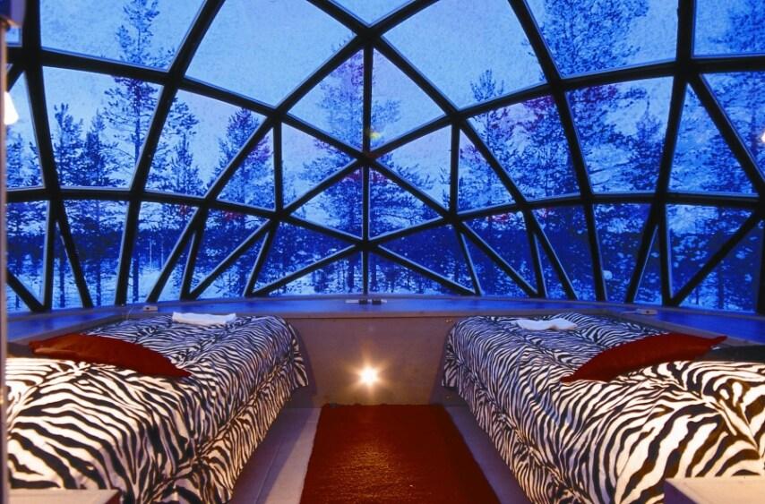 Grazie ad un vetro resistente alle basse temperature, questi igloo mantengono l'interno caldo mentre l'esterno tocca i -30°C. Ciò permetterà di rimanere sdraiati a letto ad ammirare il fantastico spettacolo di luci dell'aurora boreale.