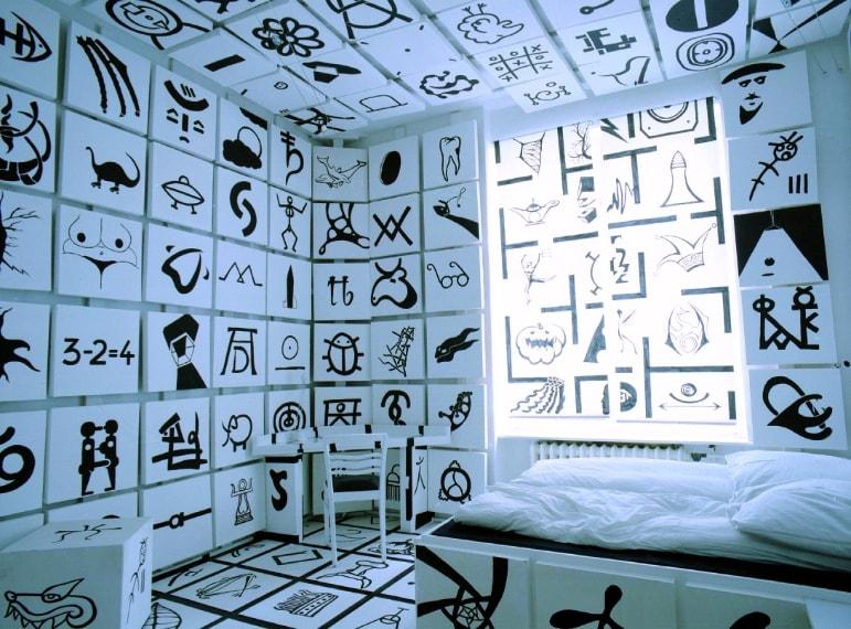 """La """"Upside Down"""" ha un letto, un tavolo e i mobili sospesi sul soffitto; dormirete aprendo una botola dal pavimento. La stanza """"Mirror"""" vi circonda completamente di specchi, ma è talmente esagerata da creare un effetto caleidoscopio da ogni angolo."""