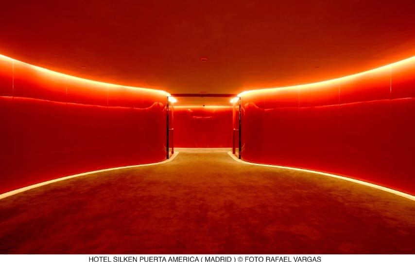 L'hotel Puerta América, con dodici piani e spazi in comune, offre uno stile unico. Anche se i piani hanno una struttura simile, quando si esce dall'ascensore ci si trova di fronte ad ambienti molto diversi, che variano dalla futuristica plastica rossa, al marmo nero o ai più tradizionali legno e pelle.