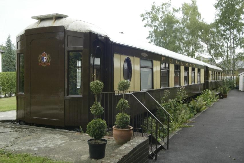 The Old Railway Station dispone di quattro suite in vagoni (restaurati) dell'Orient Express ed alcune camere nella vecchia stazione.