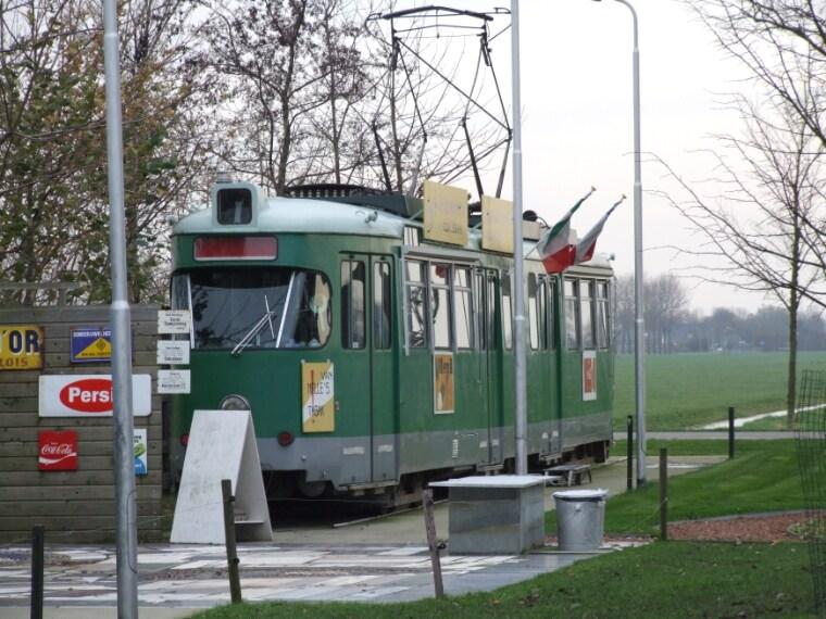 Frank e Irma Appel, albergatori ospitali e stravaganti, hanno creato camere a tema all'interno di due vagoni di un tram che circolava per le strade di Amsterdam e della Germania.