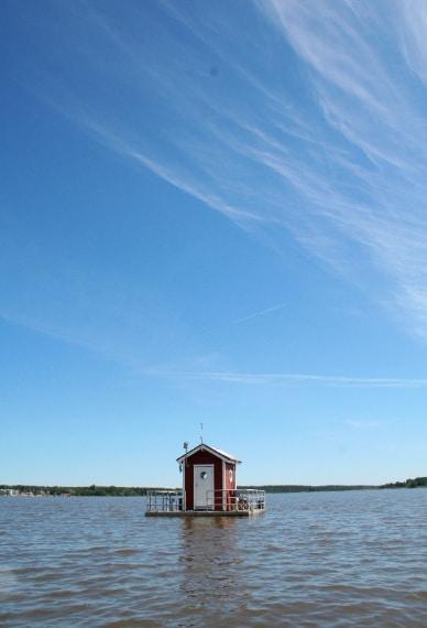 La camera doppia vi aspetta, appena ridiscese le scale, a 3 metri sotto la superficie del lago.