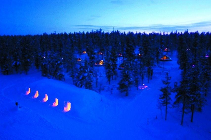 """L'hotel Kakslauttanen propone una scelta fra igloo futuristici in vetro, i """"tradizionali"""" hotel di ghiaccio e le sistemazioni in baite di legno. Mentre gli igloo di ghiaccio sono una specialità invernale, gli igloo di vetro sono disponibili tutto l'anno."""