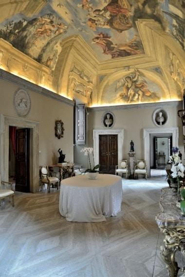 A due passi da via Veneto si nasconde il Casino dell'Aurora. Il bolognese Giovanni Francesco Barbieri (soprannominato il Guercino perchè era strabico) fu incaricato di dipingere l'Aurora sulla volta del salone centrale. Nel piccolo gabinetto alchemico del piano superiore è conservato il solo dipinto murale (a olio) mai realizzato dal Caravaggio, eseguito nel 1597.