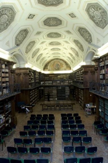 La Sala Crociera all'interno del palazzo del Collegio Romano sorprende per la sua bellezza e le sue dimensioni. Contiene migliaia di libri, di cui una buona parte molto antichi; le splendide scaffalature che li contengono sono quelle originali del XVII secolo e furono eseguite su imitazione del modello dell'Università di Parigi.